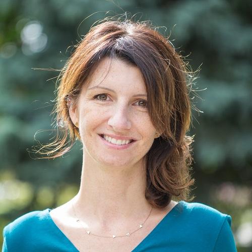 Ania Bogucka. W tle zieleń.