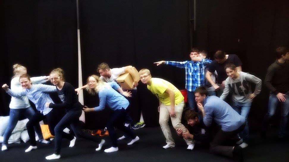 grupa osób na scenie teatralnej